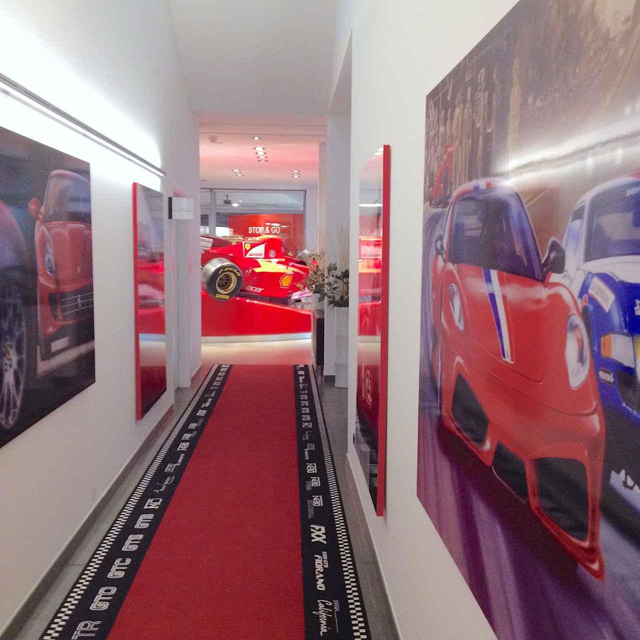 画像: 思わずダッシュしたくなる廊下のカーペット。
