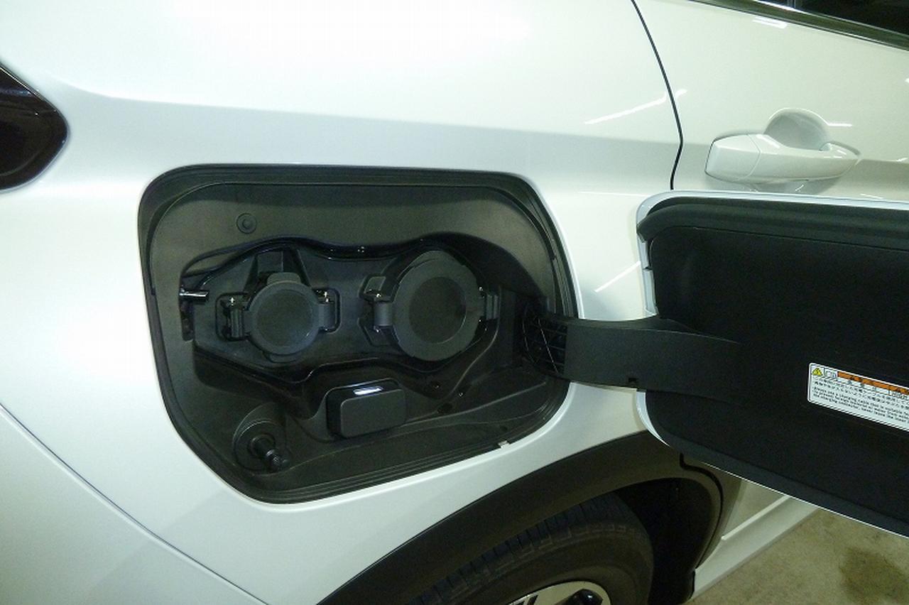 画像: 左側のAC200V/15Aの普通充電器を使った場合は約4.5~5時間で満充電。高速道路などで急速充電器を使うと、30分ほどで80%充電される。