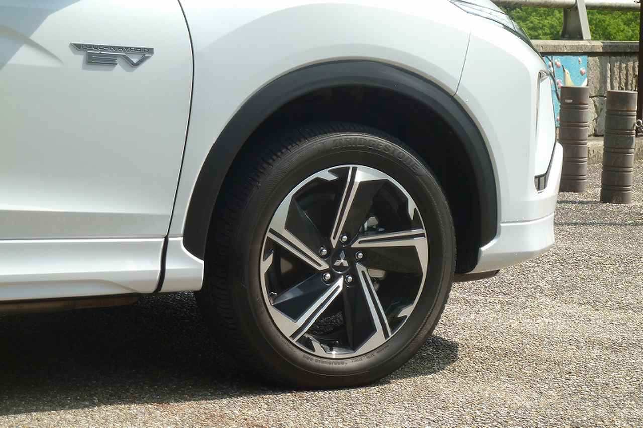 画像: PHEVのタイヤサイズは3グレード共通で225/55R18。専用デザインのアルミホイールを装着。
