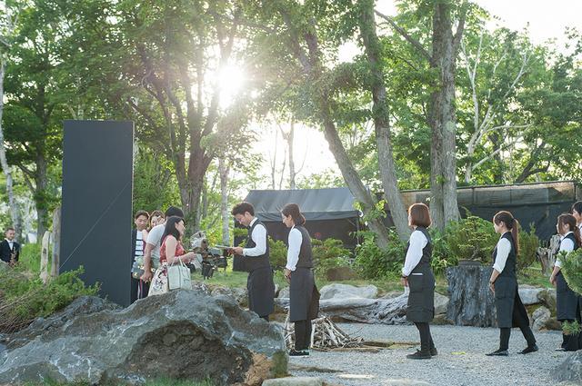 画像: 会場の入り口には、羊蹄山の火山岩が置かれていた