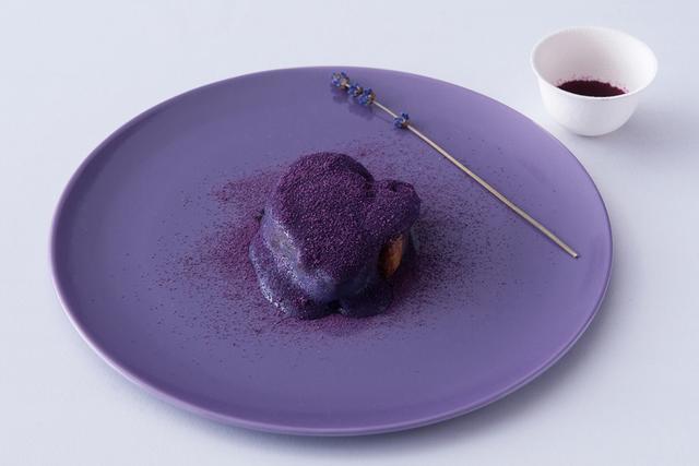 画像: 紫の『蝦夷鹿とラベンダー』は鹿の骨つきロースとビーツのジュース。火で炙ったラベンダーを添えて香りを強調した