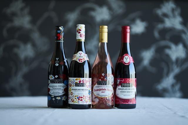 """画像: (左から) 「ジョルジュ デュブッフ ボジョレー・ヴィラージュ ヌーヴォー 2017」 <750ml>¥2,760 ボジョレー地区の38の村から上質のブドウを厳選。華やかな香りで繊細な味。""""新酒""""らしさが際立つ 「ジョルジュ デュブッフ ボジョレー ヌーヴォー 2017 」 <750ml>¥2,460 フレッシュでバランスのとれた味わい 「ジョルジュ デュブッフ ボジョレー ロゼ ヌーヴォー ボジョレー パーティ2017」 < 750ml>¥2,560 自社畑で手摘みされたブドウを1時間以内に絞って醸造。アロマティックな香りで繊細な味わい。食事に遭うロゼ 「ジョルジュ デュブッフ ボジョレー ヌーヴォー ヴィアンド グルメ2017」 <750ml>¥2,560 果実味が豊かで、タンニンがなめらかに溶け込んでいる。肉料理のために造られたワイン。ハムやパテ、ステーキなどに"""
