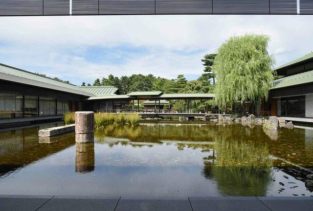 画像: 庭園と池を取り巻くように建物が配され、池にかかる廊橋の上からは色とりどりの鯉が眺められる。来賓が鯉の餌やりをすることも