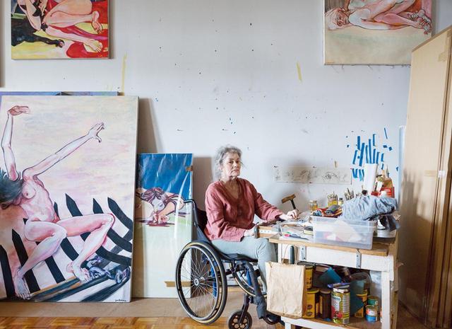 画像: ファニタ・マクニーリー。ニューヨークにある自身のスタジオにて、最近の作品に囲まれて