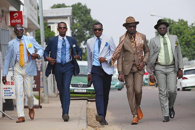 画像: 即興的にポーズを取り、演劇的に街を練り歩くのがサプール流 PHOTOGRAPHS: © SAP CHANO