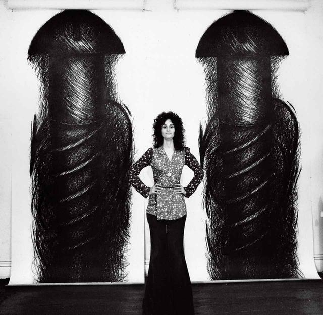画像: 《TWO PANEL VERTICAL》のあいだに立つジュディス・バーンスタイン、1973年 COURTESY OF THE ARTIST AND PAUL KASMIN GALLERY