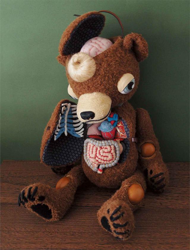画像: 人形作家・今井昌代が手がけた「内臓ちゃん」はヒグチが購入した作品。ヒグチの個展でもコラボレーションするなど、お互いに創作意欲を刺激する存在 COURTESY OF THE ARTIST ©️HIGUCHI YUKO