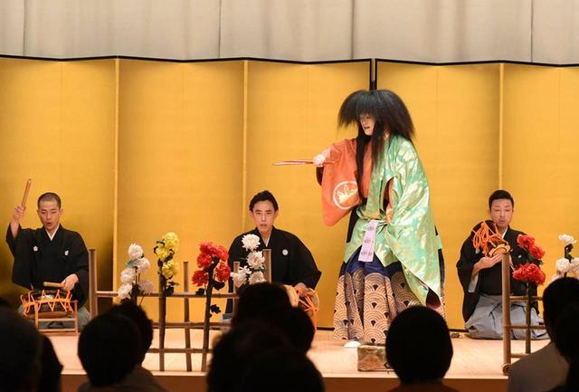 画像: 能「枕慈童」 金剛流はシテ方五流派のうち、関西に宗家が在住する唯一の流儀。晩餐会や歓迎行事の会場に使われる、最も広い「藤の間」の檜の舞台で演じられた
