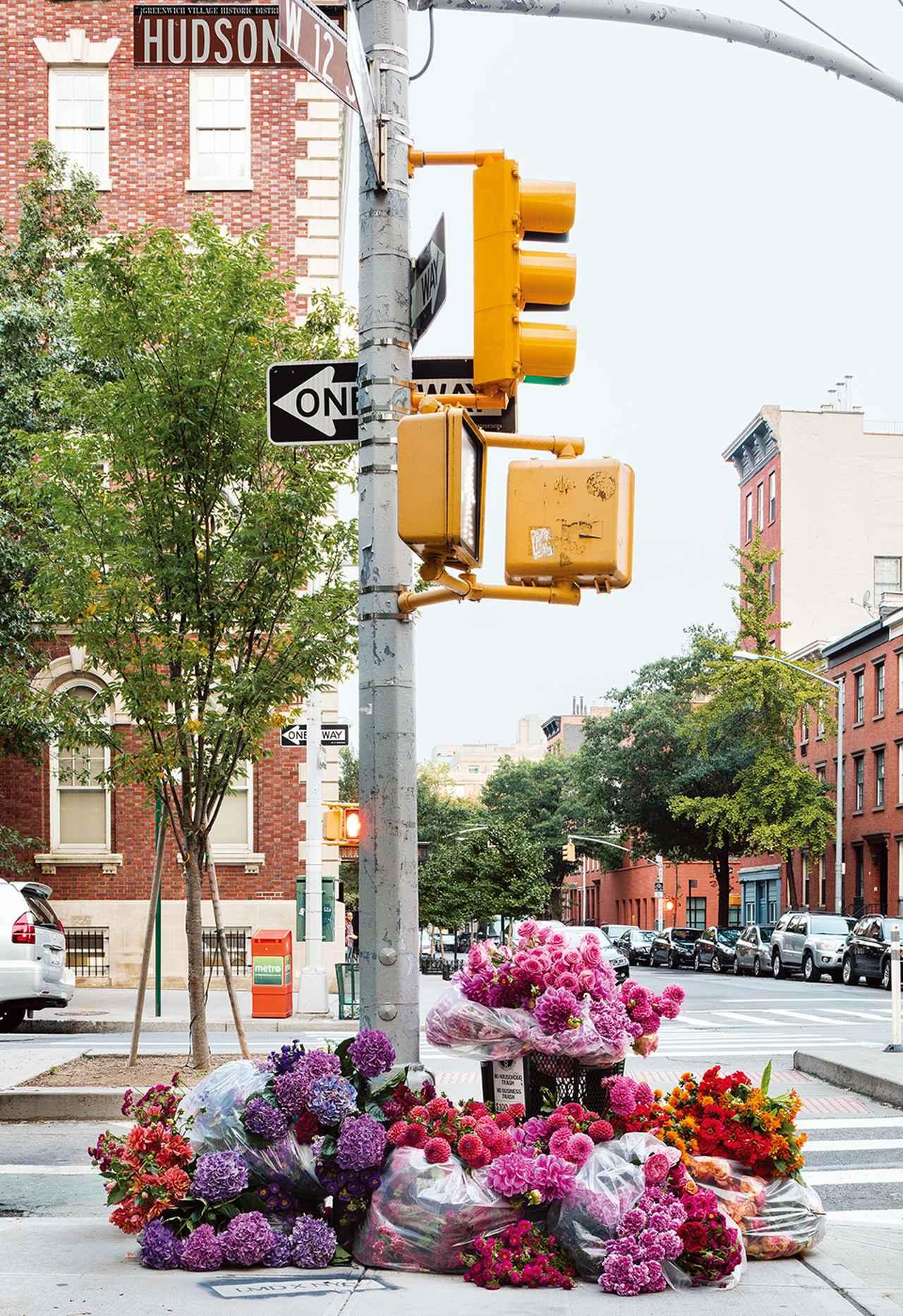 """Images : 1番目の画像 - 「ゴミ箱がバラの噴水に。 町を花でいろどる """"ゲリラ・フローリスト""""たち」のアルバム - T JAPAN:The New York Times Style Magazine 公式サイト"""