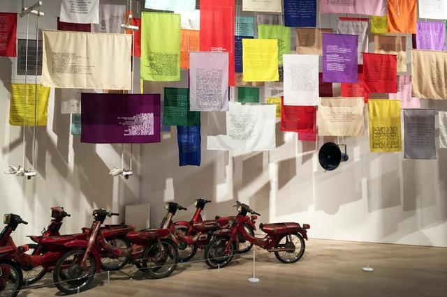画像: ジョンペット・クスウィダナント (インドネシア) 《言葉と動きの可能性》 2013年 原動機のないモーターバイク、旗 サイズ可変 所蔵:森美術館、東京 PHOTOGRAPH BY MASANOBU MATSUMOTO