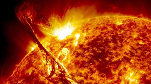 画像: 太陽観測衛星SDOが撮影した太陽表面。太陽の彩層のガスが吹き上がった「プロミネンス」をはっきりととらえた © NASA'S GODDARD SPACE FLIGHT CENTER・SDO
