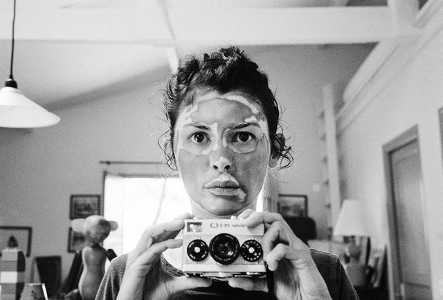 画像: 無題 AUDREY TAUTOU, COURTESY OF THE ARTIST 映画『アメリ』により一躍スターになって以来15年間、フランス出身のオドレイ・トトゥは女優としての活動のかたわら、写真家としての活動を続けてきた。すべてひとりで撮影し、みずからモデルを務めた写真の数々は、「パブリック・イメージ」や「作られたペルソナ」の本質に焦点を当てたものだ。これらの写真は、7月3日から開催中のフランス・アルル国際写真フェスティバルで公開された『Audrey Tautou: Superfacial』展に先駆けて、トトゥの写真作品初のお披露目となった