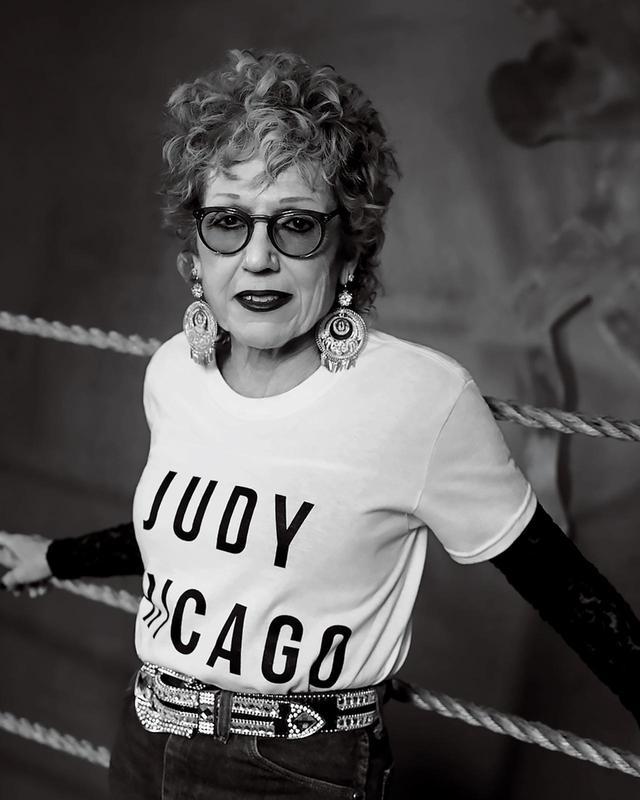画像: ジュディ・シカゴ、ニューヨークの街で。2017年12月に撮影 PORTRAIT BY COLLIER SCHORR