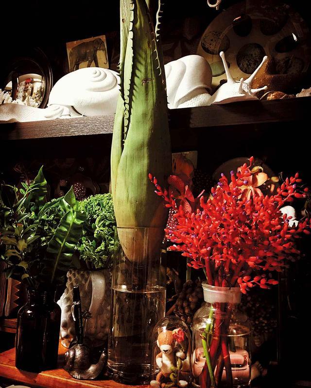 画像: 「日々の生活の中で欠かせないのは花を飾ること」。植物を育てるのは苦手というが、街で目にした生命力を感じさせる花を、探し買い求めてはアトリエに置いている COURTESY OF THE ARTIST ©️HIGUCHI YUKO