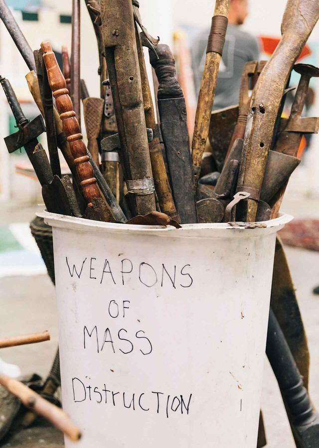 画像: テイラーは、槍の一部や曲がった木の棒などの拾った物を集めては彫刻に使ったり、ここに保管しておく