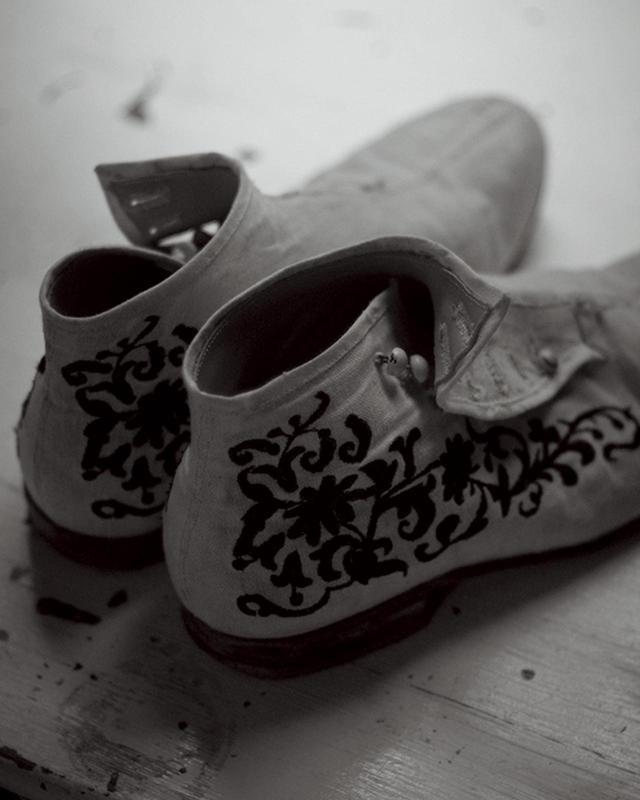 画像: 金沢の靴作家、立野千重が手がける靴はヒグチの宝物。浅草やロンドンで古典的な製法を学び、ブランドを立ち上げる。「足をきちんと細部まで採寸するのが印象的」(現在はセミオーダー制) PHOTOGRAPH BY SHIN SUZUKI