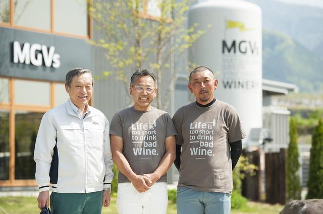 画像: (写真左から)醸造責任者の袖山政一、代表取締役社長の松坂浩、栽培ディレクターの前田健。醸造、経営、栽培と、それぞれの分野のプロフェッショナルが集結。ちなみに、ワイナリー名の「MGVs」は「Matsuzaka Green Vineyards」の略