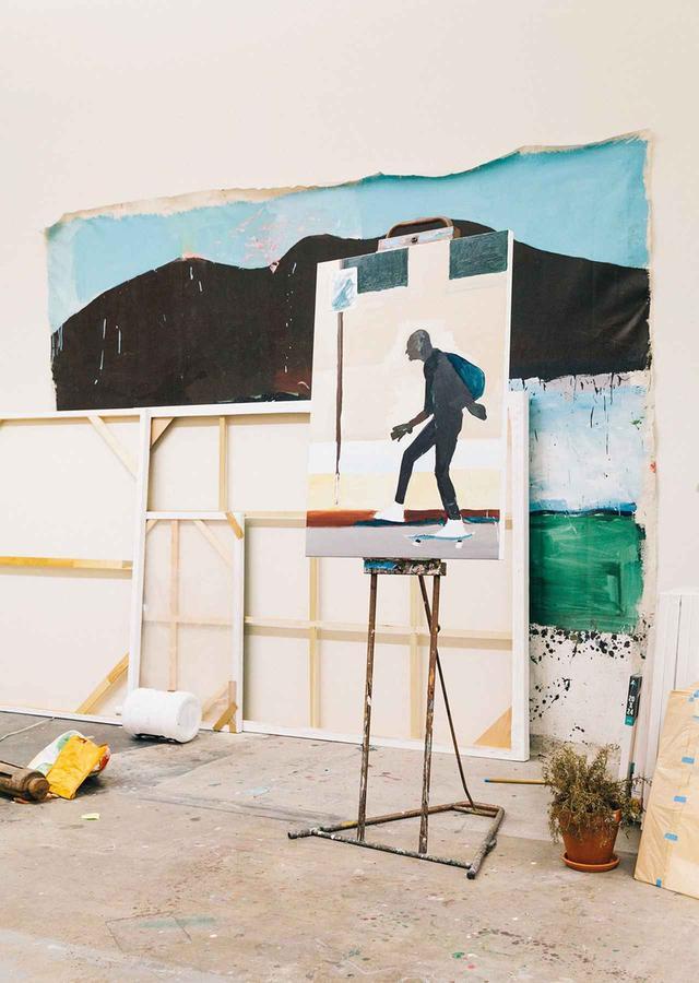 画像: ロサンゼルスのダウンタウンにあるテイラーのスタジオは、野宿するホームレスが多く住みついているスキッド・ロウ地区に隣接している。スキッド・ロー地区をスケートボードで走り抜ける男を描いた描きかけの絵を指差しながら、テイラーは言った。「ここで生活しているとホームレスたちが自然に目に入ってくる。だから自然に作品に入ってきちゃうのさ」