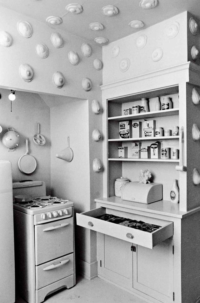 """画像: 目玉焼きが乳房の形になり『ウーマンハウス』の部屋を漂う。作品名は≪滋養のあるキッチン(Nurturant Kitchen)≫(1972年)。シカゴの共同制作者、ヴィッキー・ホジェッツ、ロビン・ウェルシュ、そしてスーザン・フレイザーが制作 VICKI HODGETTS, ROBIN WELTSCH AND SUSAN FRAZIER, """"THE NURTURANT KITCHEN"""" WITH """"EGGS TO BREASTS,"""" 1972, COURTESY OF MIRIAM SCHAPIRO ARCHIVES ON WOMEN ARTISTS, SPECIAL COLLECTIONS AND UNIVERSITY ARCHIVES; RUTGERS UNIVERSITY LIBRARIES"""