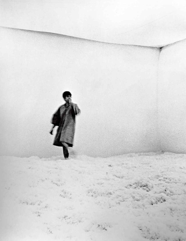 """画像: 1965年の《フェザー・ルーム(Feather Room)》と題したインスタレーションの写真。シカゴが初期に手がけた大型作品。ロイド・ハムロール、エリック・オアとともにロサンゼルスのロルフ・ネルソン・ギャラリーで制作。当時でも彼女の作品の主眼は現実とはまったく違った環境を作り出すことにあった JUDY CHICAGO, """"FEATHER ROOM"""" INSTALLED AT ROLF NELSON GALLERY, LOS ANGELES, CA, CIRCA 1965, FEATHERS AND INFLATED PLASTIC, © JUDY CHICAGO, PHOTO COURTESY OF THROUGH THE FLOWER ARCHIVES"""