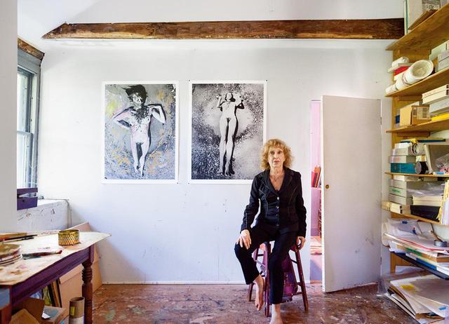 画像: キャロリー・シュニーマン。ニューヨーク州ニュー・パルツにある自身のスタジオにて