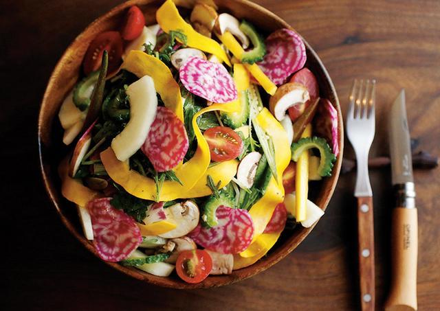 画像: 「自然なサラダ」¥1,600は、その日の新鮮野菜がボウルに山盛りに