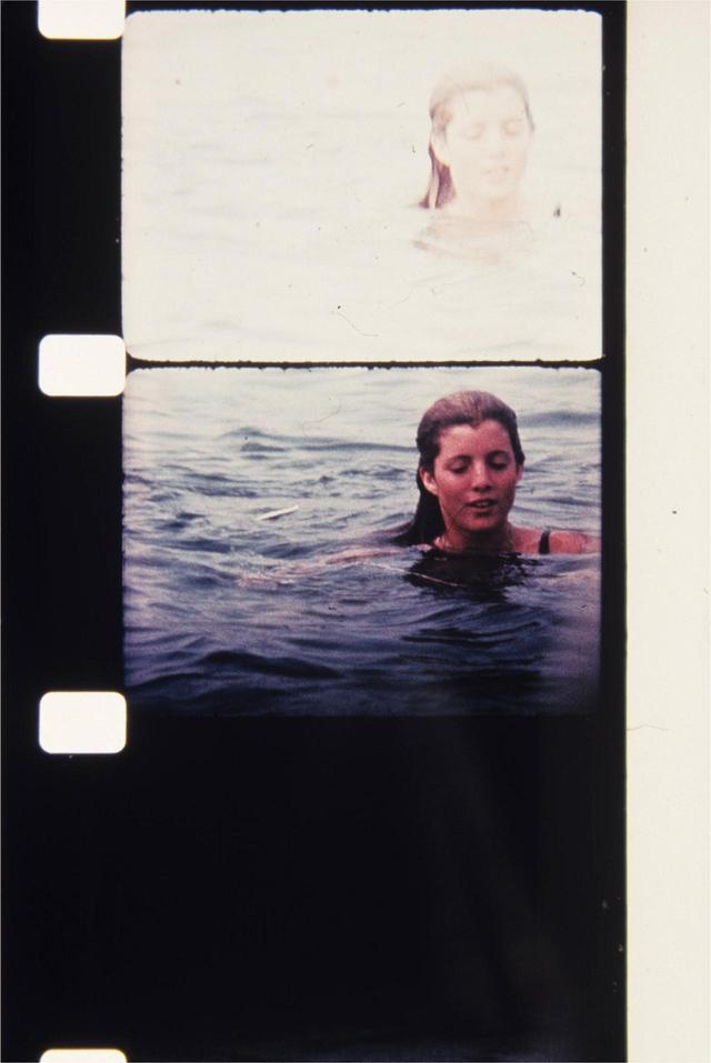 画像: 海で泳ぐキャロライン・ケネディ