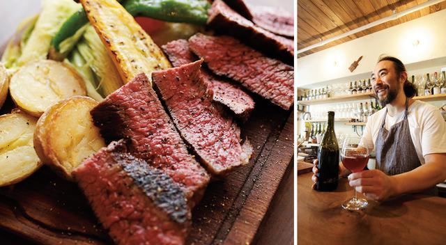 """画像: (写真左)「岩手 田村牧場の短角牛 炭火焼き」(100g ¥1,780) は、300gからが基本 (写真右)フランスでナチュラルワイン造りを学んだ林真也さんが、ワインも食材も""""より自然なもの""""をコンセプトに、2013年にオープン。ヨーロッパの「おいおい! ぐらいのポーションがかっこいい」と、肉も野菜もボリューム満点。大皿を大勢でわいわい囲むのが楽しい店だ。生産者の名前をボードに記した食材はどれも新鮮そのもの。ワインはナチュラルのみで、都内有数の品揃えを誇る"""