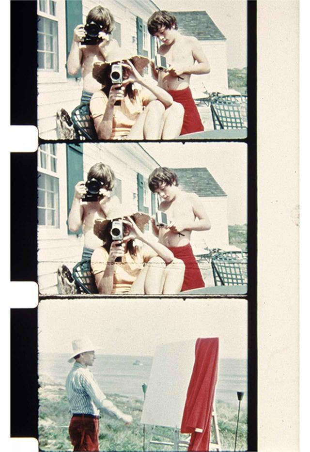 画像: (写真上・中央)1972年8月。ウォーホルとポール・モリセイの家で8mmカメラを持つアンソニー・ラジウィル、ジョン・F・ケネディ・ジュニアとリー・ラジウィル (写真下)ウォーホルとポール・モリセイが所有する家でのジョナス・メカス