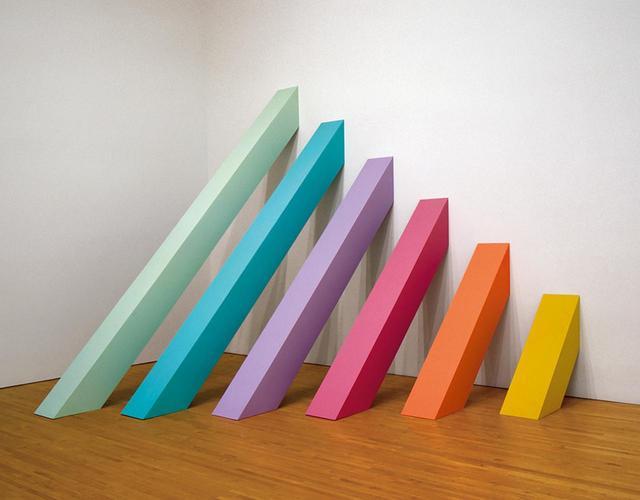 """画像: ≪虹のピケット(Rainbow Pickett)≫(1965年)。シカゴが初期に手がけたミニマリスト彫刻のひとつ JUDY CHICAGO, """"RAINBOW PICKETT,""""1965 (RECREATED 2004), LATEX PAINT ON CANVAS-COVERED PLYWOOD, COLLECTION OF DAVID AND DIANE WALDMAN, © JUDY CHICAGO, PHOTO © DONALD WOODMAN"""