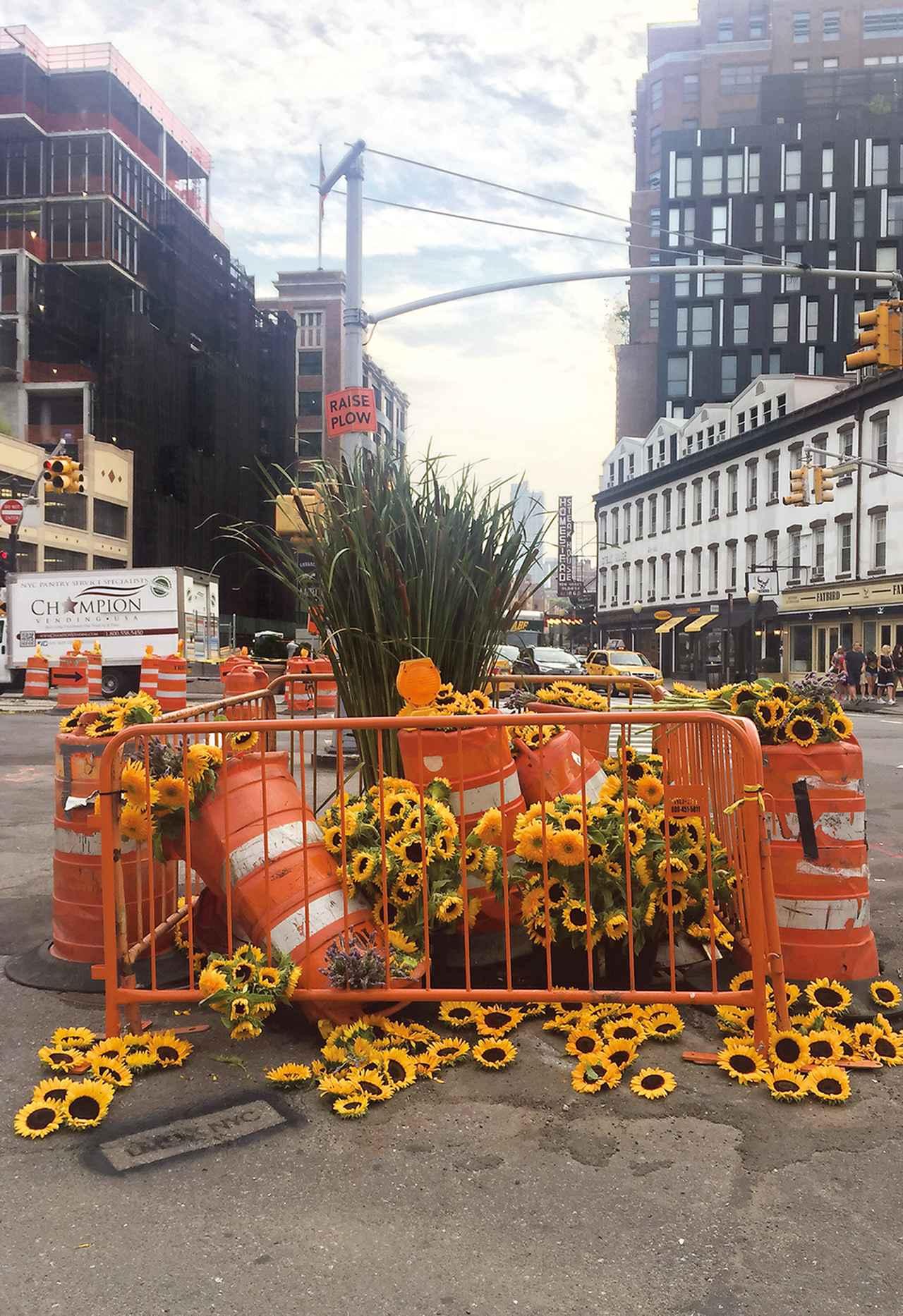 """Images : 4番目の画像 - 「ゴミ箱がバラの噴水に。 町を花でいろどる """"ゲリラ・フローリスト""""たち」のアルバム - T JAPAN:The New York Times Style Magazine 公式サイト"""