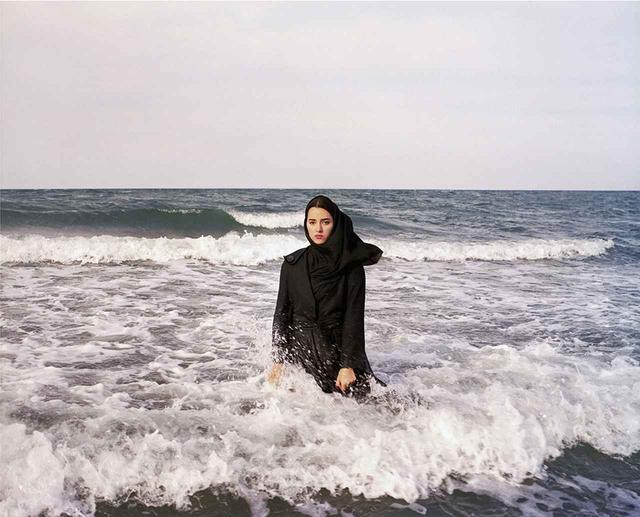 画像: ニューシャ・タヴァコリアンの『イマジナリー・CDカバー・フォー・サハル』(カスピ海、マーサンダラーン、イラン / 2011年) © NEWSHA TAVAKOLIAN/MAGNUM PHOTOS