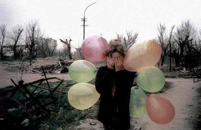 画像: トーマス・ドボルザックの『ガール・ウィズ・バルーンズ』(グロズヌイ、チェチェン共和国、ロシア / 2002年) © THOMAS DWORZAK/MAGNUM PHOTOS