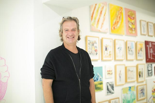 画像: ビービー・グラーツ(BIBI GRAETZ) 「ビービー・グラーツ」オーナー兼ワインメーカー。フィレンツェにて芸術一家に育つ。アートを学んだ後、ステンドグラスの制作や両親が所有するシャトーでのイベント運営などに携わっていたが、ワインに魅せられ、2000年に「テスタマッタ」を初リリース。「ヴィネクスポ」のブラインドテイスティングで1位を獲得、一気に世界の表舞台へ。ラベルデザインはすべて自身の手によるもの