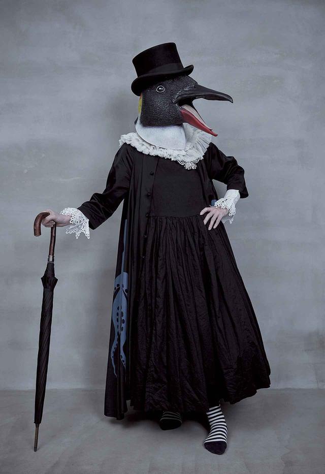 画像: ポートレートでは顔を出さない主義。近影は鳥のマスクをまとって、映画『アダムス・ファミリー』('91年)をテーマに撮影した。自身が手がけたタコの絵のドレスをまとって PHOTOGRAPH BY SAYUKI INOUE