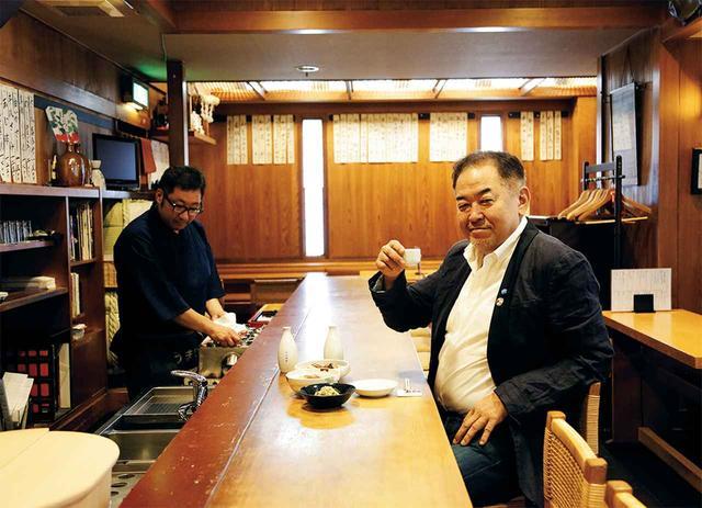 画像: 江戸時代は酒屋を営み、大正時代に酒場「シンスケ」へと変わった。「昔の献立や定番の肴も、現代の調理科学で仕立て直せば再発見があります」と若ご主人の矢部直治さん(左)