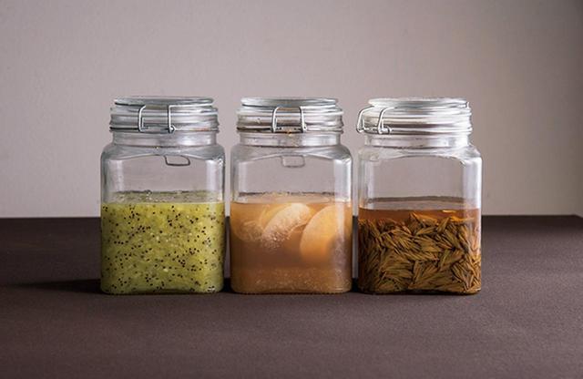 画像: 自家製発酵調味料。右は松の木の新芽のピクルス、中央は梨の発酵ジュース、左は発酵キウイフルーツ