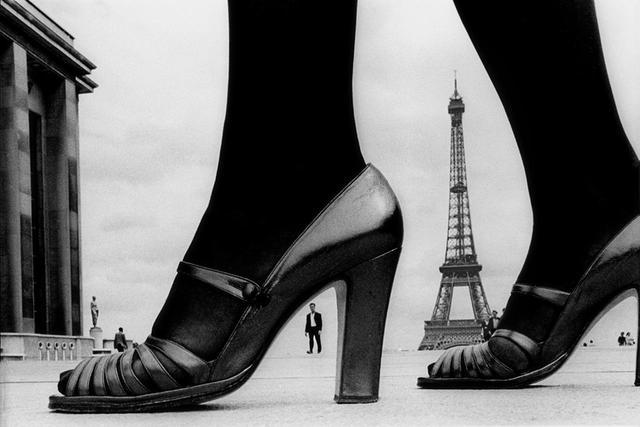 """画像: FOR """"STERN"""", SHOES AND EIFFEL TOWER, 1974, PARIS, FRANCE © FRANK HORVAT"""