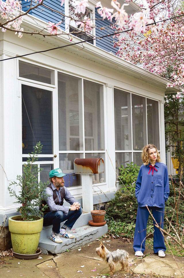 画像: ルイビルの自宅の庭でくつろぐ オールダム夫妻