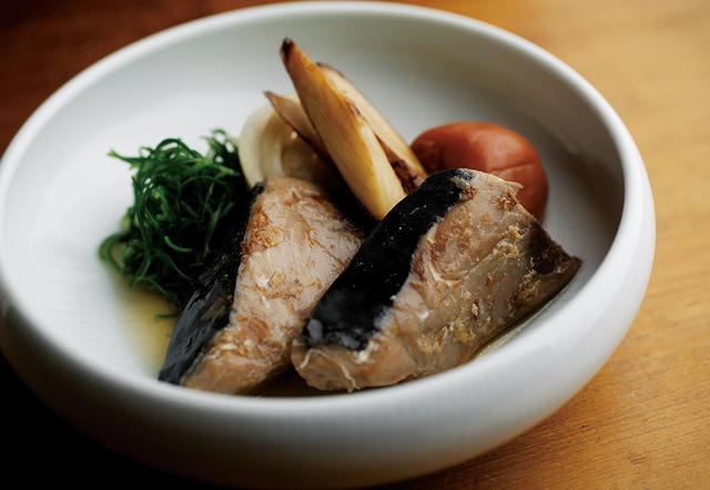 画像: 「かつをの生利煮」¥800は、ヅケにしたカツオをごま油、かつお節、玉ねぎでマリネにし、低温で真空調理した一品