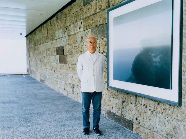 画像: 「夏至光遥拝100メートルギャラリー」に立つ杉本博司。オープニングでは、代表作である『海景』シリーズが展示 PHOTOGRAPH BY YASUTOMO EBISU