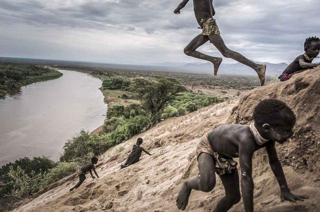画像: 【長期取材の部】 ファウスト・ボダヴィーニ(イタリア)2011年7月24日~2017年11月24日(エチオピア) 多様な民族が居住する、エチオポアのオモ渓谷地方。自然環境が極めて脆弱なこの地にベギ第3ダムを建設した結果、環境的にも社会経済的にも深刻な影響が及んでいる PHOTOGRAPH BY FAUSTO PODAVINI