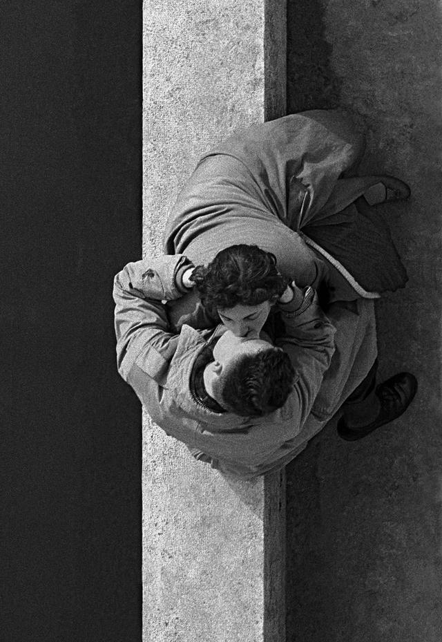 画像: QUAI DU LOUVRE, COUPLE, 1955, PARIS, FRANCE © FRANK HORVAT