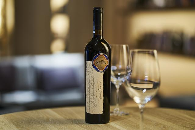 画像: チリワインとして初めてジェームズ・サックリングの100ポイントを獲得した 「セーニャ 2015 ヴィンテージ」。 サックリングは「穏やかさと引き締まった酒質を持つ、 複雑で完全なワイン」とコメントしている
