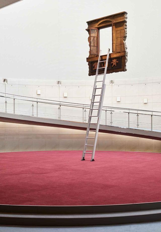 画像: レアンドロ・エルリッヒ 『Window and Ladder – Leaning into History』2017年
