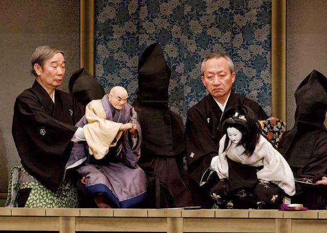 """画像: 「摂州合邦辻」の舞台。命を吹き込まれた人形たちが熱演を繰り広げる。人形は3人で一体を操り、首(かしら)と右手を受け持つメインの遣い手は、""""主遣い""""と呼ばれる。左は吉田和生。右は桐竹勘十郎 COURTESY OF NATIONAL THEATRE"""