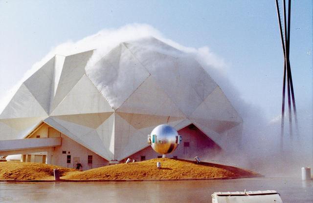 画像: 1970年の大阪万博で、「ペプシ館パビリオン」を人工の霧で包む中谷芙二子とトーマス・ミーの《霧の彫刻》 FUJIKO NAKAYA, COURTESY OF E.A.T