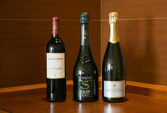 画像: (写真左から) 「ティアノ&ナレーノ2013」 <750ml>¥40,000 ドゥポンが免疫学者でがんの権威でもある親友のアリエル・サヴィナとともにアルゼンチンで造る赤ワイン。「サロン」同様、ブドウの作柄が極めてよい年にしか造らない。生産量はわずか3000本。日本では300本を販売。マルベックとカベルネ・フランをブレンド、「南米のペトリュス」と評される 「サロン2006」 <750ml>¥80,000 「バターで焼いただけの鮑との相性は抜群」とドゥポン氏 「ドゥラモット ブリュット NV」 <750ml>¥6,000 「タラバ蟹と毛ガニと合わせて楽しむと、それぞれのカニの繊細な甘さを引き立ててくれます」