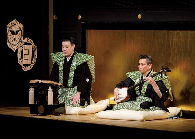 画像: 2018年2月、東京、国立劇場の文楽公演で、襲名披露として「摂州合邦辻」を語った織太夫。右は三味線の鶴澤燕三(えんざ)。太夫と三味線は、舞台上手(かみて)に設えられた「床」と呼ばれるステージで語り、演奏する COURTESY OF NATIONAL THEATRE
