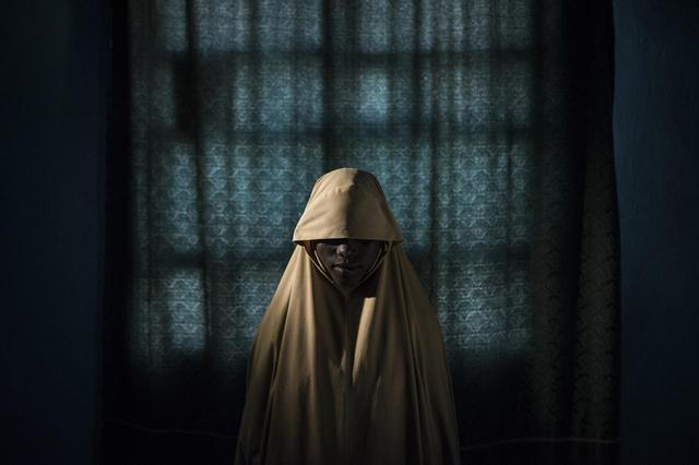 画像: 【人々の部 組写真】 アダム・ファーガソン(オーストラリア、ニューヨーク・タイムズに提供)2017年9月21日(ナイジェリア) ナイジェリアで「ボコ・ハラム」の戦闘員に誘拐された少女の肖像。爆発物を身体に縛りつけられ、自爆するように命じられたが逃げ出し、助けを得ることができた PHOTOGRAPH BY ADAM FERGUSON